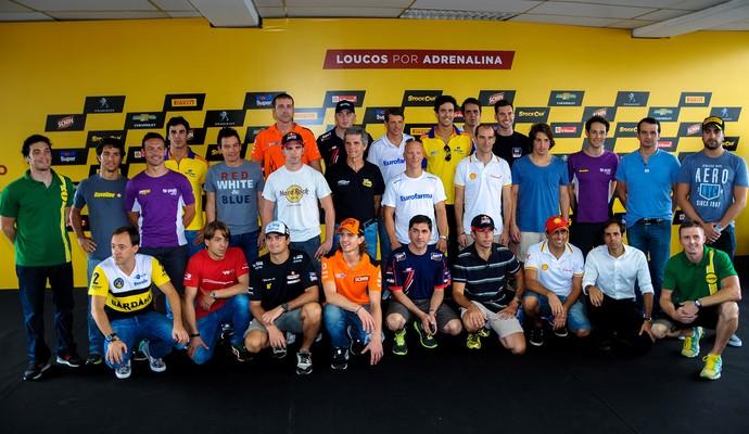 Pilotos convidados para a corrida de duplas posam para foto em Interlagos (Foto: Duda Bairros / Vicar)