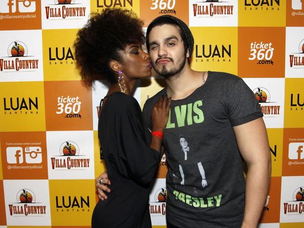 Bailarina Ivi Pizzott com Luan Santana em show em São Paulo (Foto: Celso Tavares/ EGO)