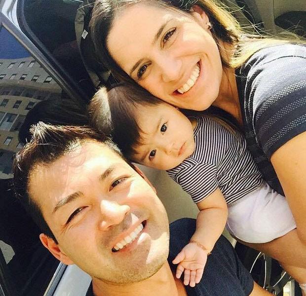 A bebê Marcelinha com os pais, Flavio e Priscila Iwama (Foto: Arquivo pessoal/Flavio Iwama)