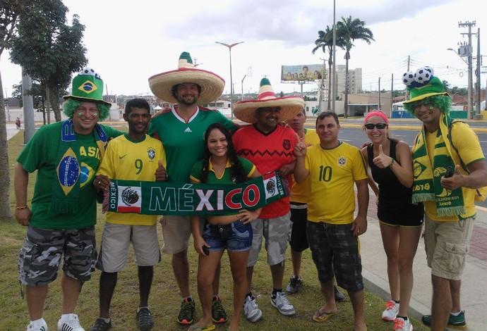 Brasileiros e mexicanos perto do Castelão (Foto: Juscelino Filho)