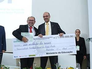 Reitor da Ufersa recebeu o prêmio das mãos do ministro da Educação (Foto: Sandro Damasceno)
