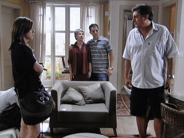 Lia não abaixa a cabeça e enfrenta os adultos (Foto: Malhação / Tv Globo)