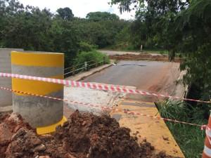 Ponte já estava parcialmente interditada desde dezembro, diz Defesa Civil (Foto: Luana Eid/TV TEM)