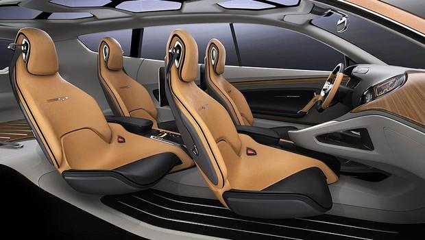 Interior do Kia Cross GT tem acabamento que imita madeira, monitor central e lugar apenas para quatro (Foto: Divulgação)
