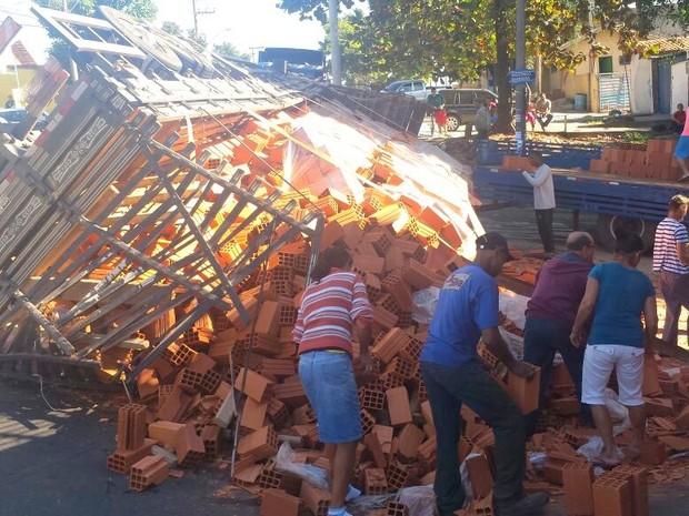 Caminhão carregado de tijolos tomba em Piracicaba (Foto: Thainara Cabral/G1)