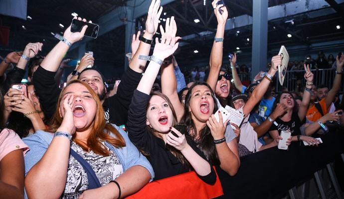 Fãs gritam diante no palco no YouTube FanFest Brasil'