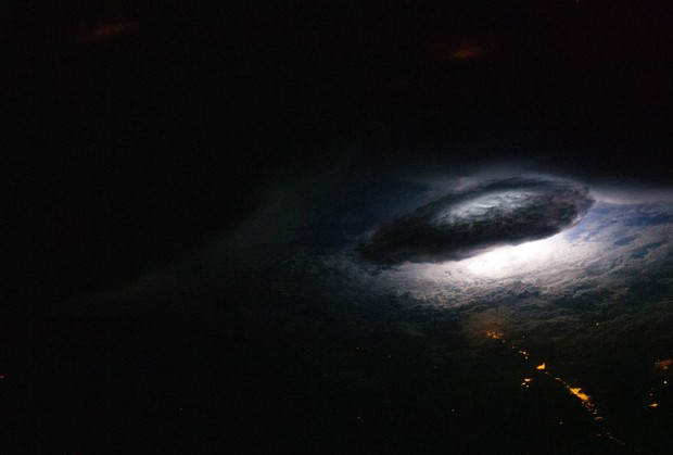 Foto tirada em janeiro de 2011 a partir da ISS mostra o clarão de um relâmpago em meio a uma tempestade de raios na Bolívia (Foto: Nasa/Divulgação)