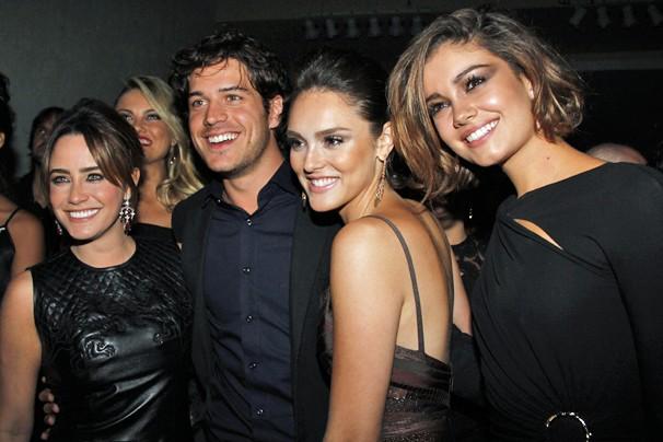 Fernanda Vasconcellos, Marco Pigossi, Isabelle Drummond e Sophie Charlotte se divertem na festa de lançamento de Sangue Bom (Foto: Nathalia Fernandes/Globo)