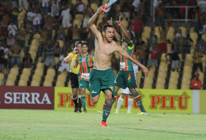 Nádson do Sampaio comemora gol na vitória contra Luverdense (Foto: Biaman Prado / O Estado)