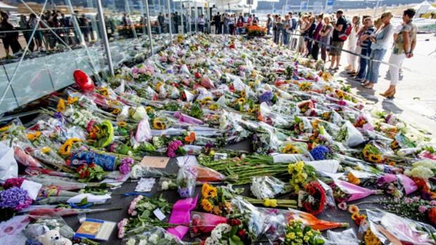 Flores depositadas na Holanda em homenagem às vítimas do voo MH17 (Foto: BBC)