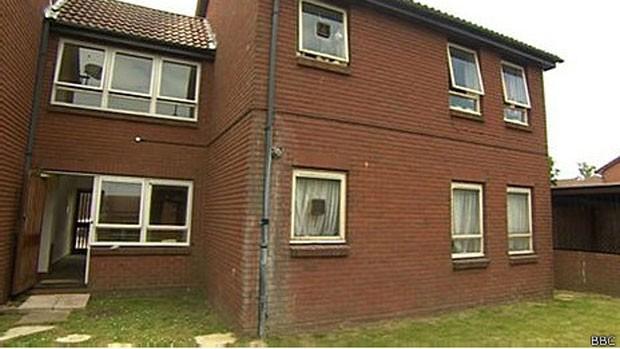 Anne Leitrim foi encontrada morta neste prédio de apartamentos depois de seis anos (Foto: BBC)