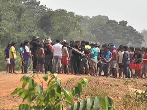 Indígenas entregaram corpos das vítimas no final de semana (Foto: Laysson Carvalho/JNMT)