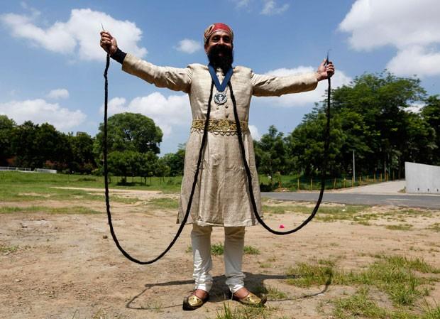Ram Singh Chauhan e seu bigode de impressionantes 5,4 metros (Foto: Amit Dave/Reuters)