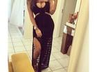 Ex-BBB Monique posa para selfie usando vestido decotado