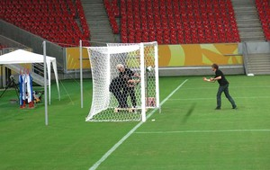 teste tecnologia gol Arena Pernambuco (Foto: Edgar Maciel de Sá)