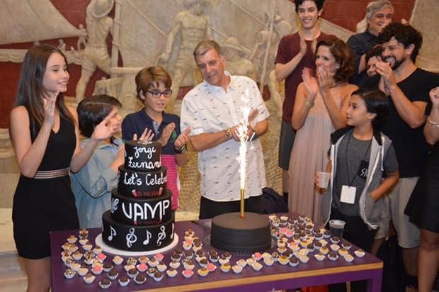 Jorge Fernando ganha bolo no aniversário de 57 anos (Foto: Rodrigo Mesquita/ Divulgação.)