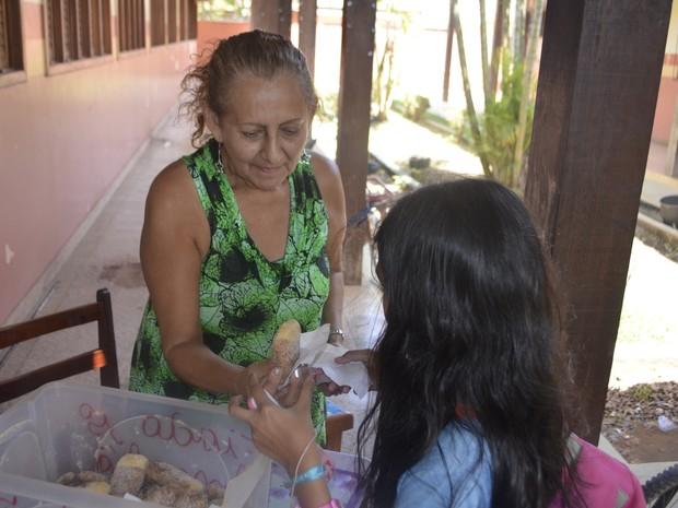 Cada Monteiro Lopes é vendido a R$ 0,50 na escola (Foto: Abinoan Santiago/G1)