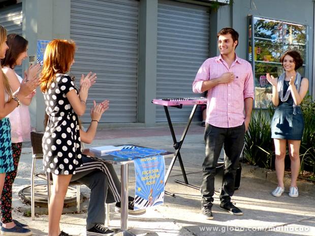 Galera aplaude Martin que manda super bem na audição para o musical. (Foto: Malhação / TV Globo)