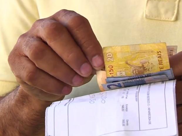 Motorista paga boleto que encontrou na rua, em Goiânia, Goiás (Foto: Reprodução/TV Anhanguera)