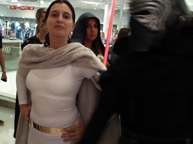 Letícia Martinez posa de Padme enquanto um lorde Sith se aproxima (Foto: Thais Pimentel/G1)