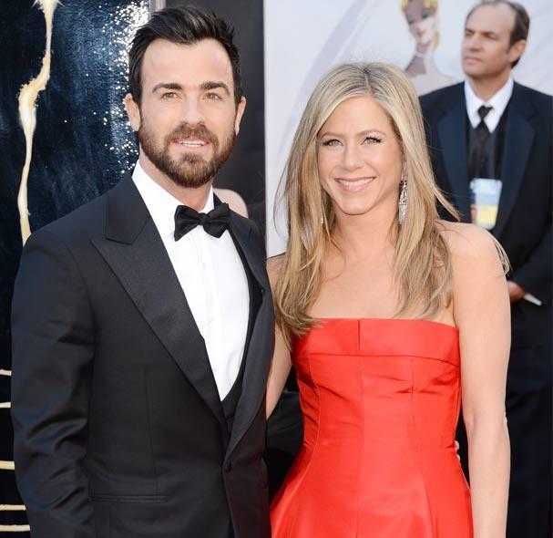 Jen veste Valentino no Oscar, ao lado do noivo (Foto: Getty Images)