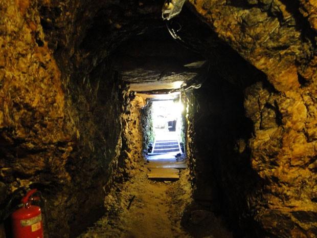 Entrada da Mina du Veloso, em Ouro Preto, vista de dentro (Foto: Michele Marie / G1)