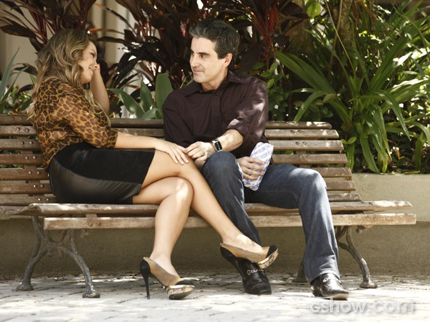 Bernadete e Abelardo namoram sem se importar com a opinião dos outros  (Foto: Inácio Morais / TV Globo)