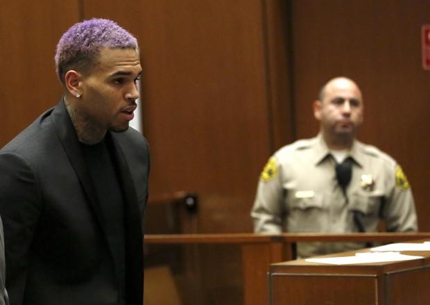 Chris Brown comparece a audiência em caso de agressão a Rihanna nesta sexta-feira (20) (Foto: Reuters/Mario Anzuoni)