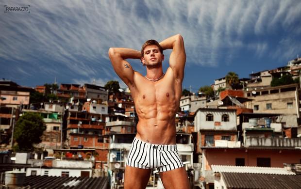 O ex-BBB Jonas posa para o Paparazzo (Foto: Marcos Serra Lima / Paparazzo)