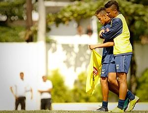 andré abraça neymar no treino do santos (Foto: Ricardo Saibun/Agência Estado)