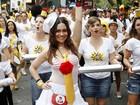 De blusa transparente, Alessandra Negrini curte bloco em São Paulo