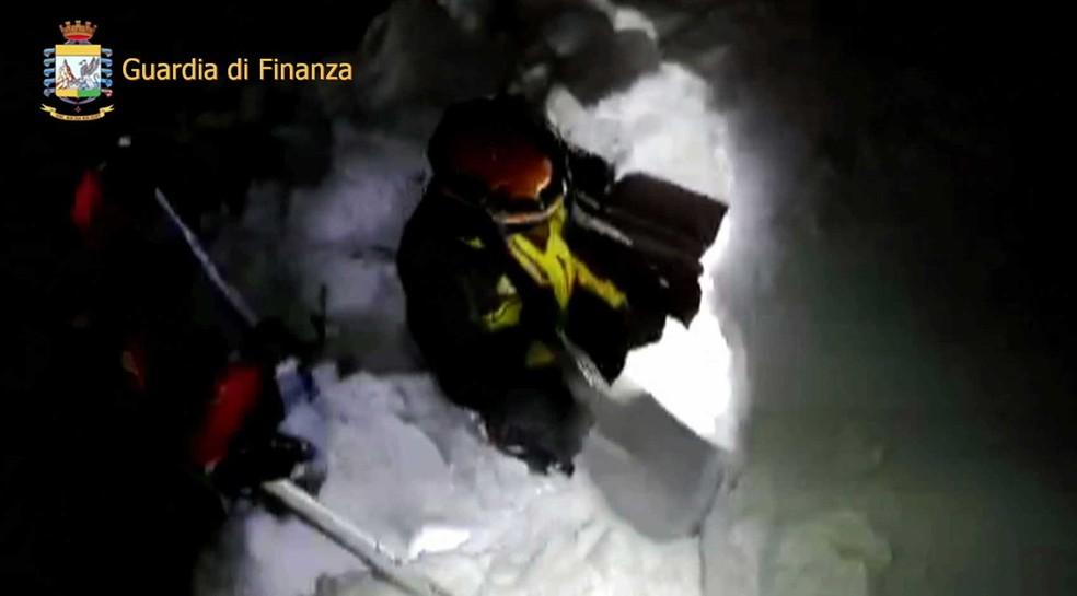 Equipes de resgate enfrentam neve na tentativa de encontrar sobreviventes em hotel na região de Abruzzo, no centro da Itália (Foto: Italian Firefighters via AP)