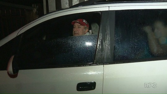 Família passa a noite no carro depois de ter a casa alagada pela chuva
