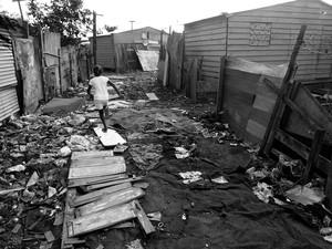 Moradores e crianças precisam caminhar no meio do lixo. (Foto: Marcos de Paula / G1)