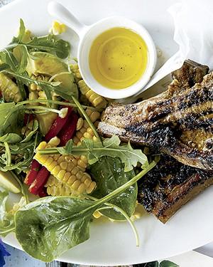 Bisteca de porco jamaicana com avocado e salada de milho (Foto: Gallo Images Pty Ltd./StockFood)
