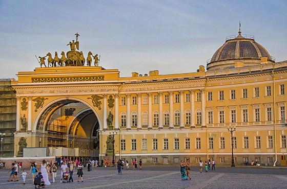 Em frente ao Palácio de Inverno, hoje Museu Hermitage, encontra-se a Praça do Palácio, com mais de 5 hectares (Foto: © Haroldo Castro/ÉPOCA)