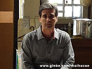 Abelardo fica nervoso e demora a fazer convite (Foto: Malhação/ TV Globo)