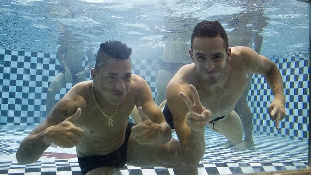 Ralf e Renato Augusto na piscina Corinthians (Foto: Daniel Augusto Jr / Agência Corinthians)