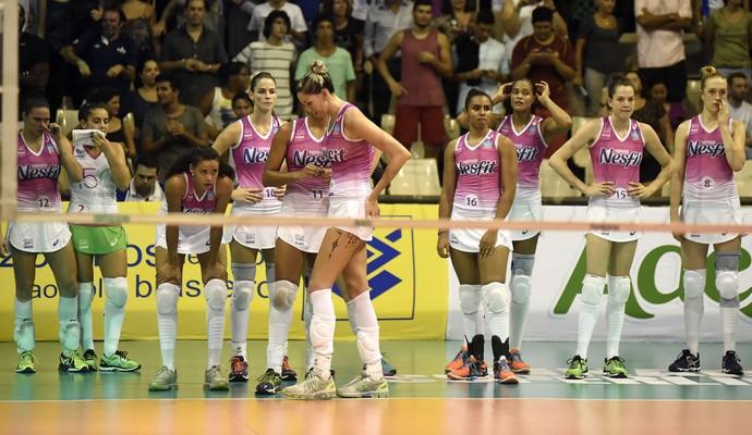 Jogadoras do Osasco desoladas após a derrota para o Rio (Foto: Andre Durão)