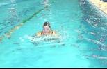 Vovó se inspira em neta, perde medo da piscina e vira atleta master de natação