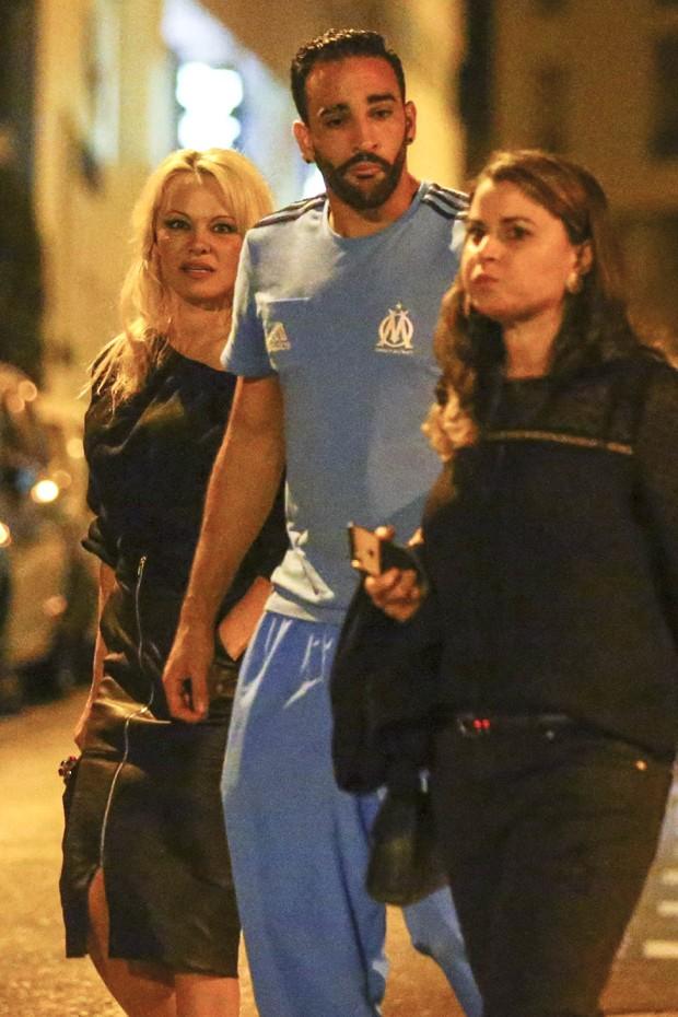 Pamela Anderson e o novo namorado, Adil Rami (Foto: Grosby Group)