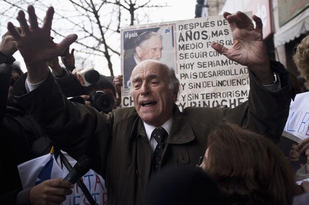 Partidário de Pinochet se manifesta neste domingo (10) diante de teatro em Santiago do Chile (Foto: AFP)