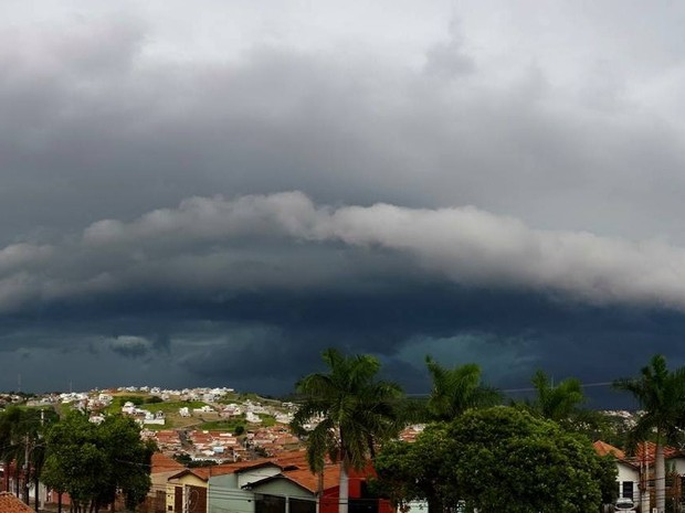 Foto da chuva forte foi feita na tarde deste sábado (12) na região do Jaraguá em Piracicaba (Foto: Gesiel Portella/CMP)