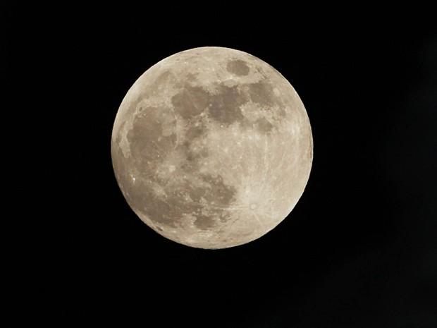 Lua cheia é vista da Cidade do México na noite de terça-feira (7) (Foto: Marco Ugarte/AP)
