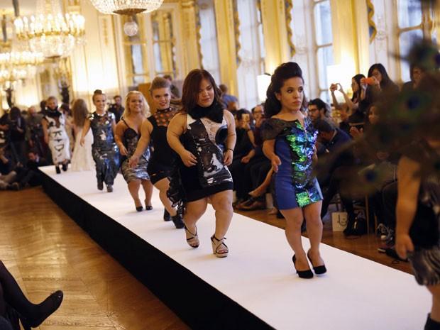 Modelos anãs participam do Dwarf Fashion Show, no Ministério da Cultura da França, nesta sexta-feira (2) (Foto: Jerome Delay/AP)