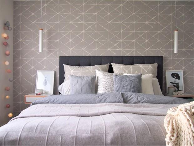 As cores sóbrias são predominantes em todos os espaços da casa. No quarto, Lisa trouxe cor por meio de pequenos detalhes, como as luzes em formato de bolinhas (Foto: White and Wander/Divulgação)