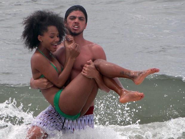 Forte e com cara de mau, Rodrigo carrega Jéssica (Foto: Malhação / TV Globo)