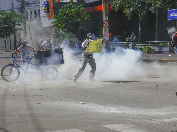 Manifestantes afirmam que PM usou bombas de efeito moral (Foto: Carlos Ezequiel Vannoni/Foto Arena/Estadão Conteúdo)