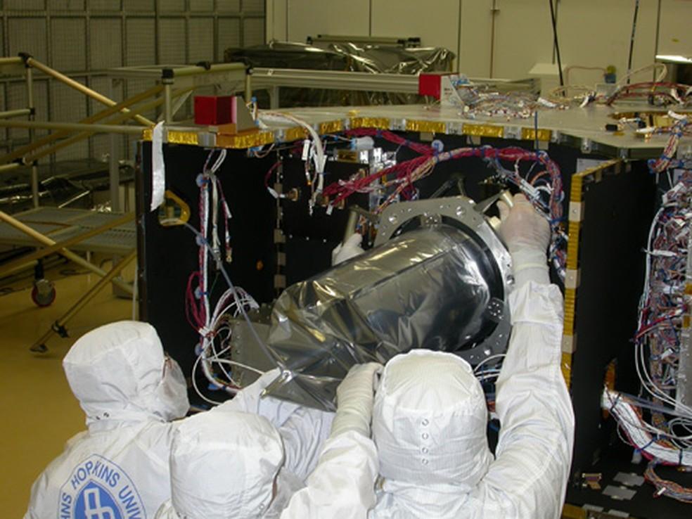 Técnicos instalam o instrumento Lorri para a missão New Horizons até Plutão em 2006 (Foto: Nasa)