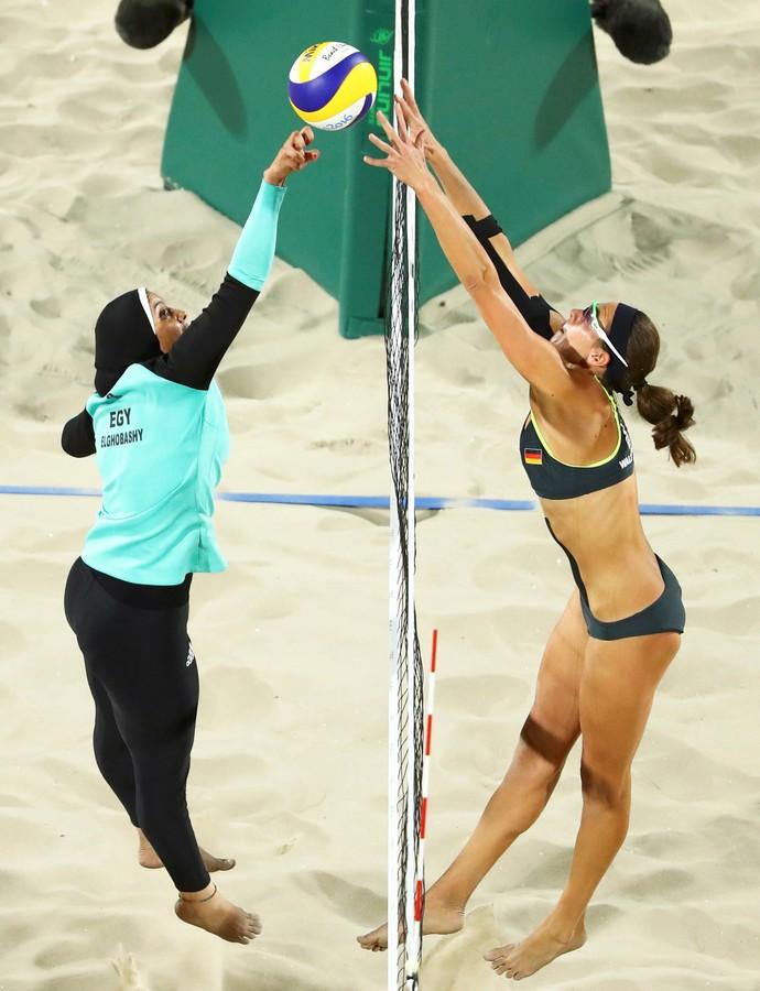 GALERIA  - Egito x Alemanha: Doaa Elghobashy e Kira Walkenhorst disputam bola na rede em jogo de vôlei (Foto: REUTERS/Lucy Nicholson)